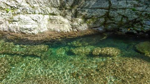 安居渓谷の澄んだ水