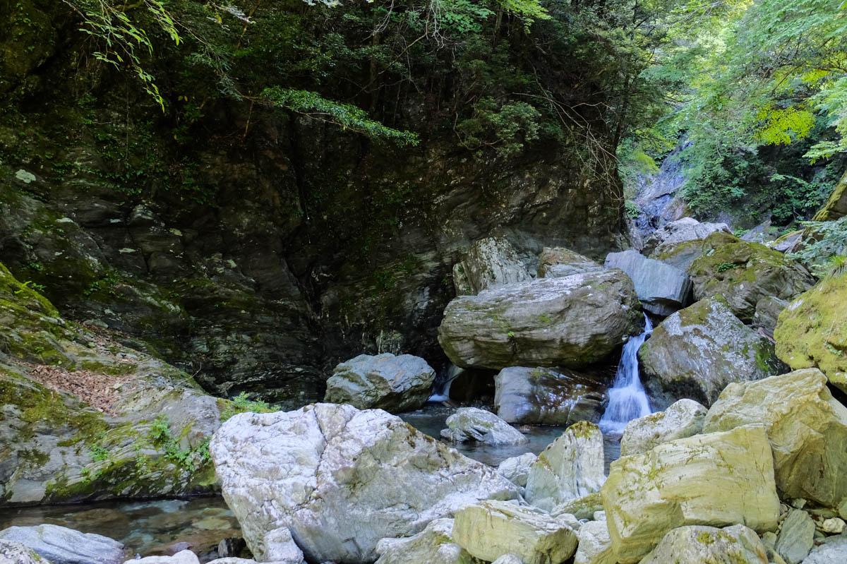 安居渓谷の滝の巻道