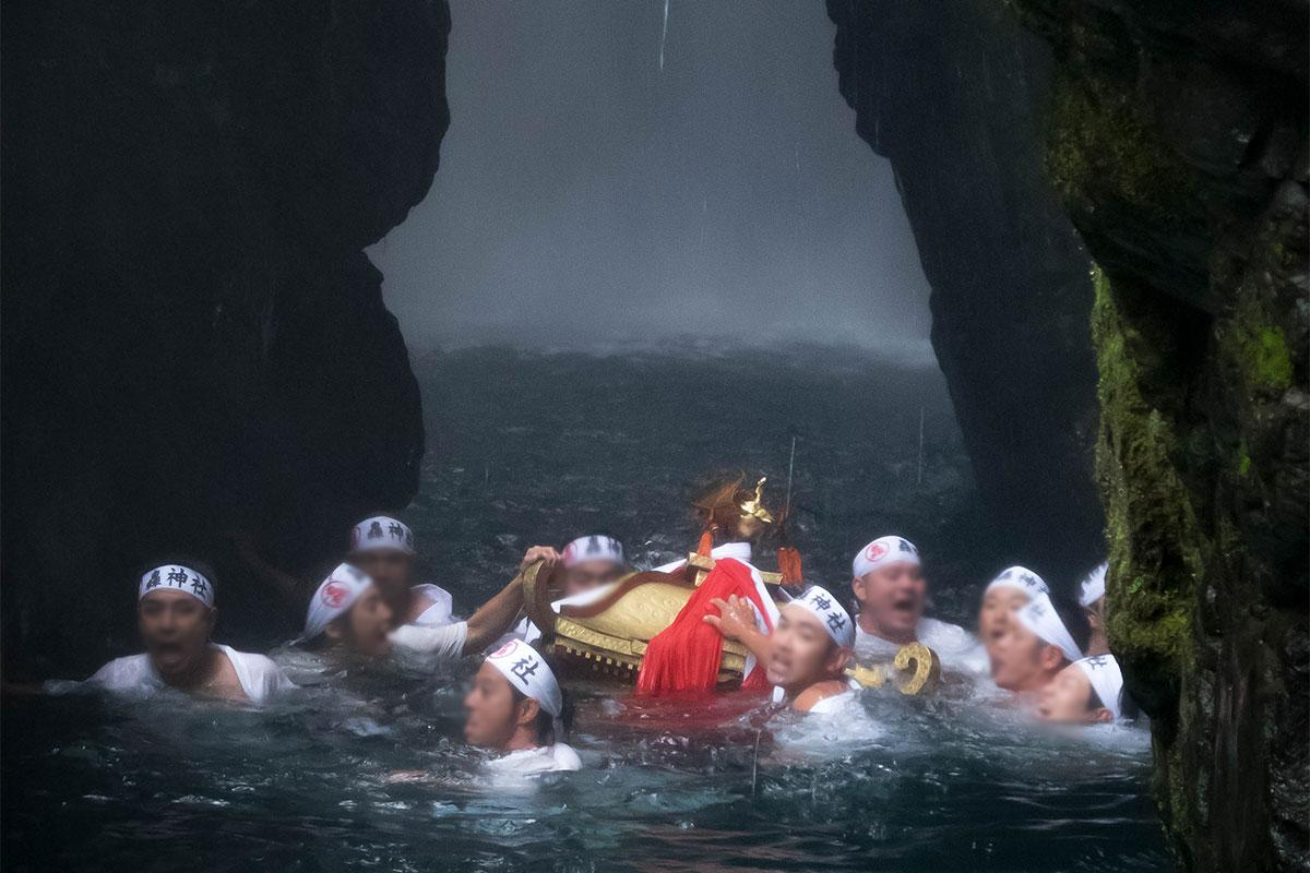 轟秋祭りの滝渡御