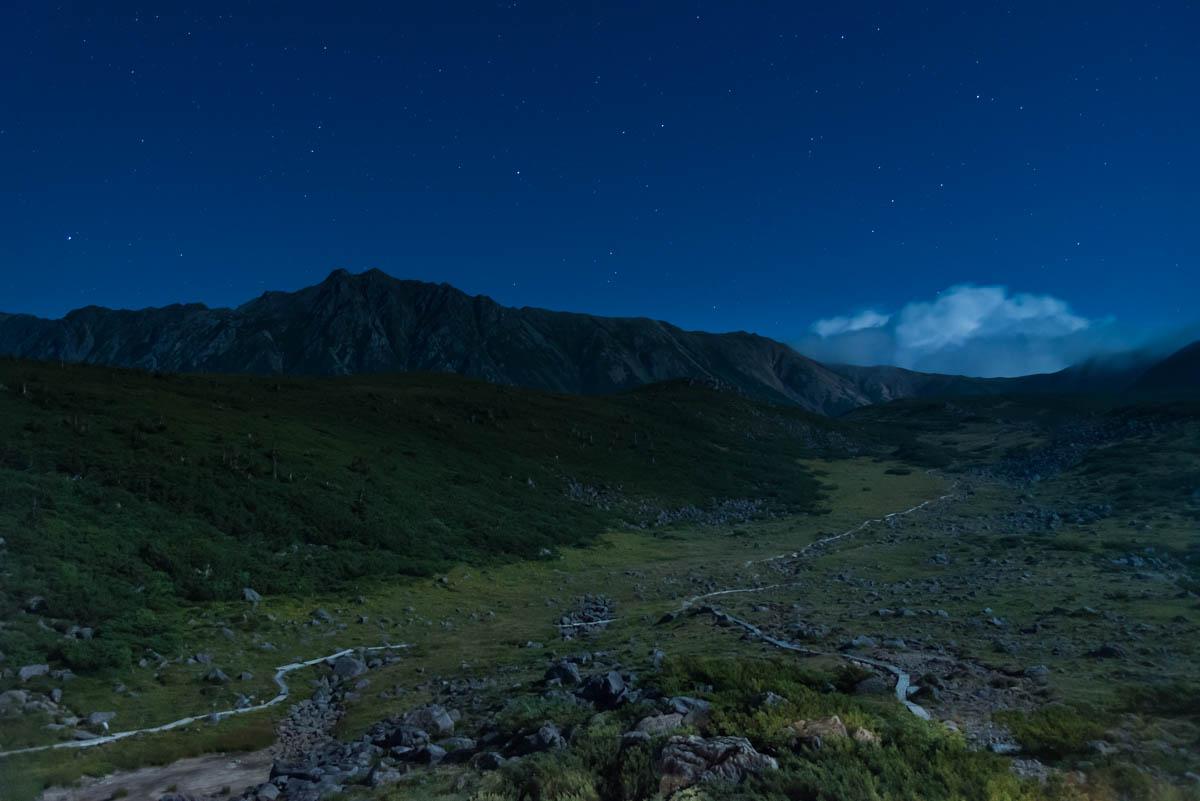 月光に照らされる雲の平