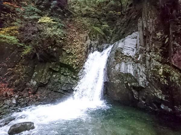 コンクリートの橋の先にある無名瀑。このあたりがコース全体の7割くらい。