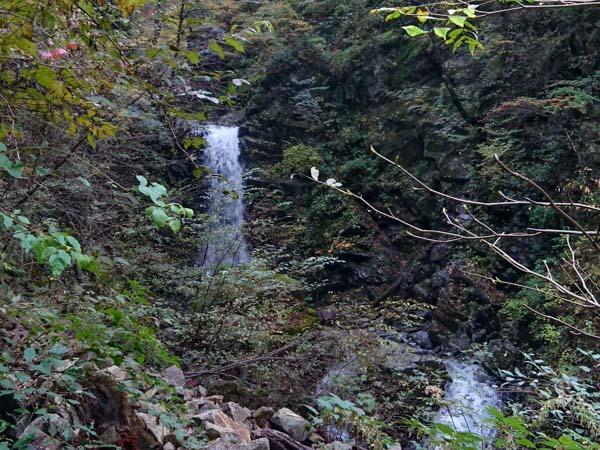 3回目の渡渉直後の無名瀑。この滝までの道は無く、50mほど手前で登山道は右岸の方にそれていく。高瀑まであと10分。