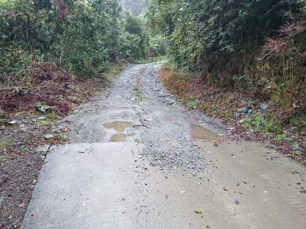 T字路から3km、道は荒れた未舗装林道に。高瀑登山口までは10km。