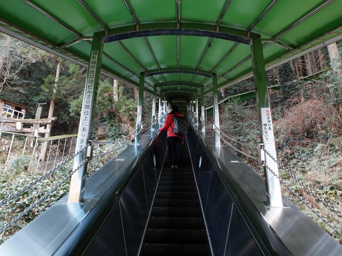 龍河洞へのエスカレーター