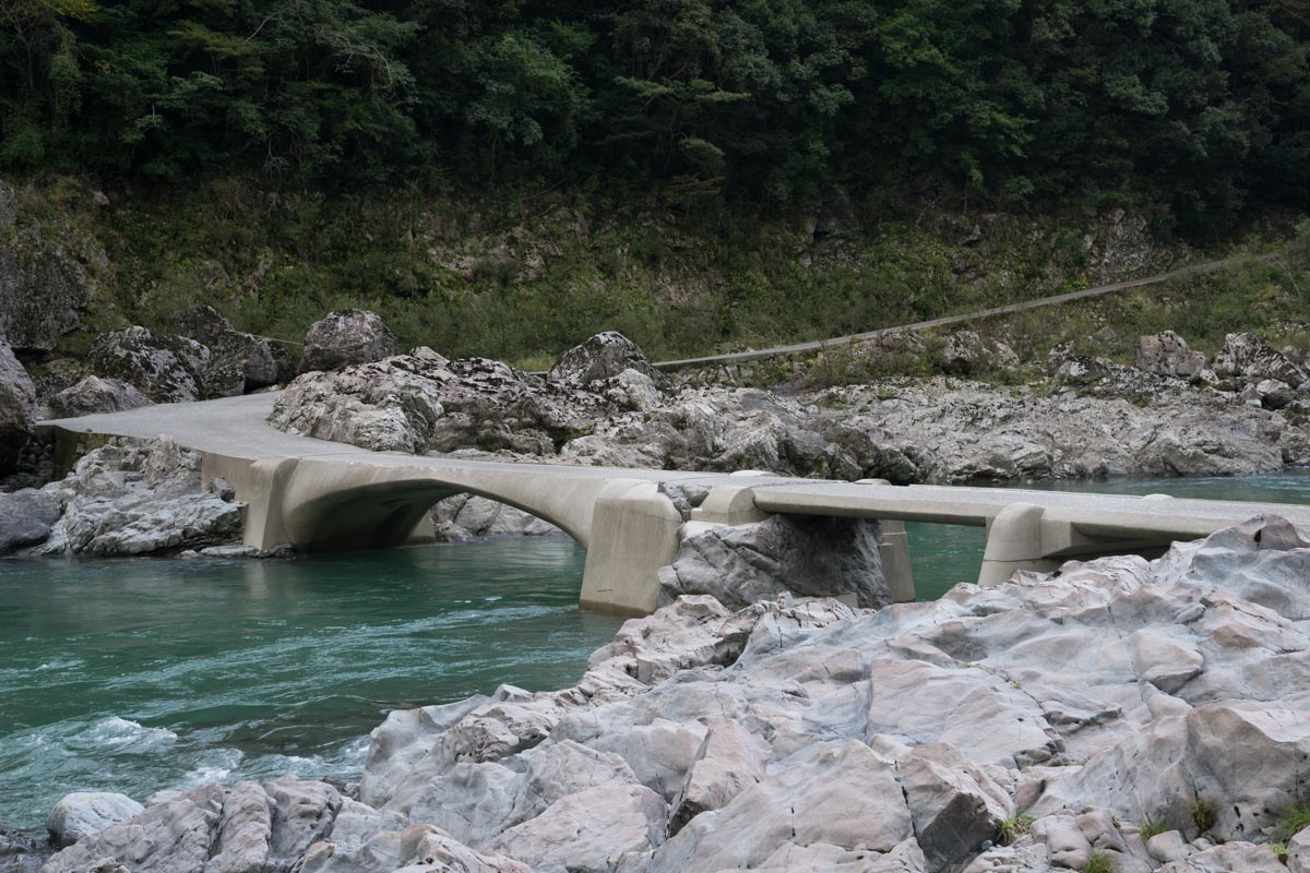 岩と一体化した個性的な「久喜沈下橋」