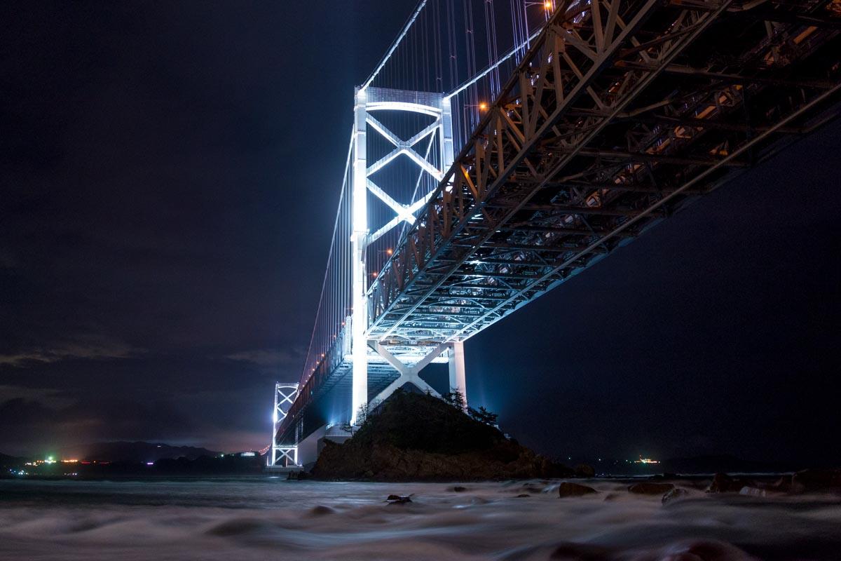 鳴門大橋のライトに照らされる鳴門海峡の潮流