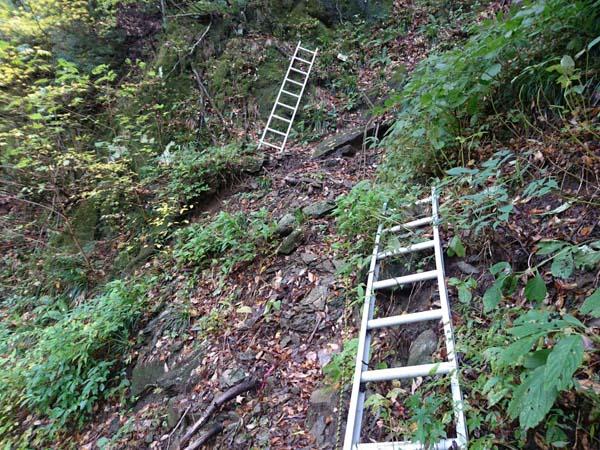 荒れた斜面。2番目のはしごの先に登山道は無く、直前で右上へと方向を変える。