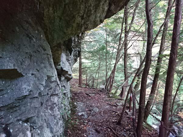 岩壁につけられた登山道。道中、何箇所か危険な場所がある。