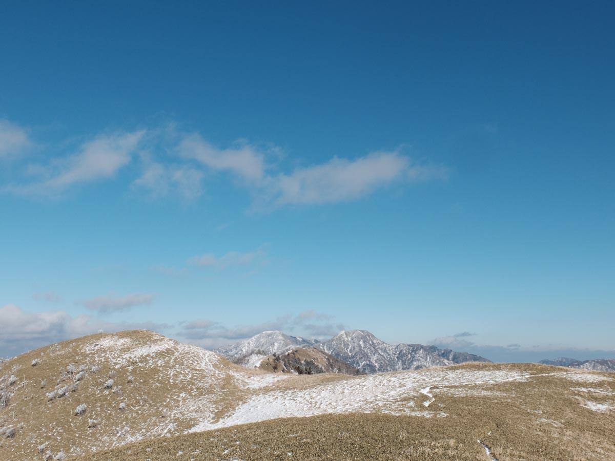 剣山 - 三嶺 縦走コースを特徴付ける高の瀬 - 白髪避難小屋の区間