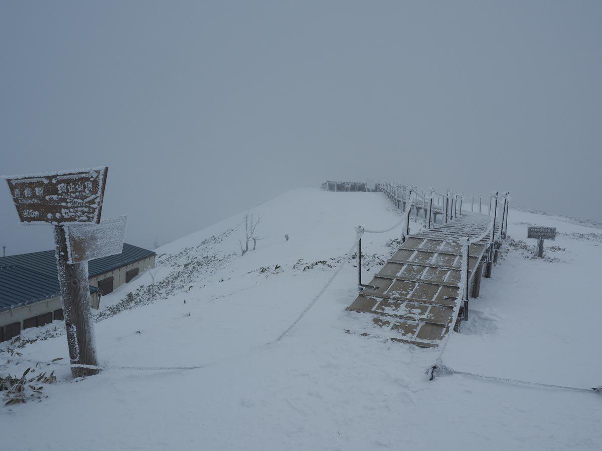 剣山頂上(体感風速30m)