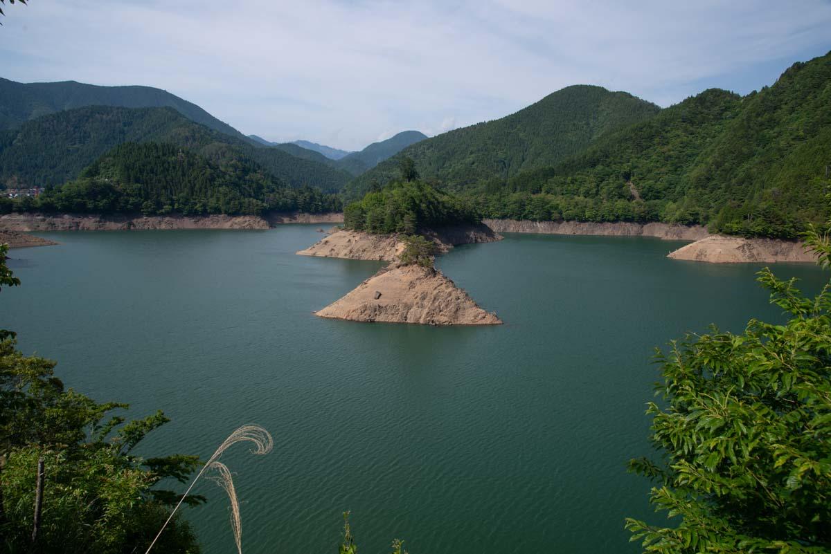 ダム湖が見晴らせる場所は限られる